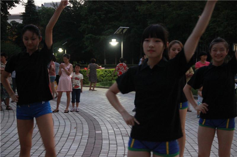 美女们也跳广场舞神曲《小苹果》!